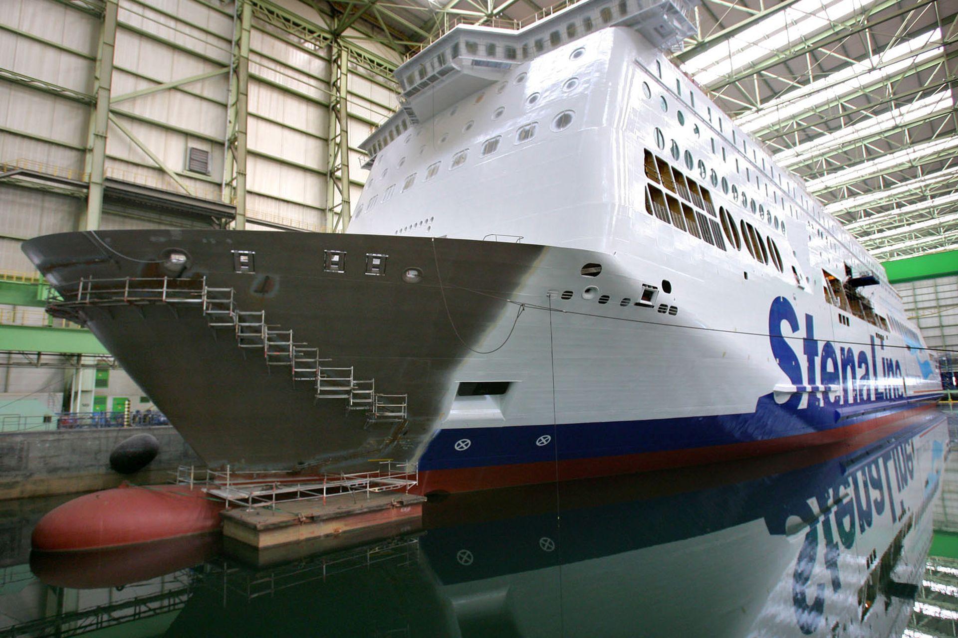 Im Dock der Nordic-Werft in Wismar liegt eine zu 80 Prozent fertige Großfähre für die schwedische Reederei Stena Line, aufgenommen am 01.10.2009. Zwei Monate nach der Eröffnung des Insolvenzverfahrens für die früheren Wadan-Werften wurde in den Werften des Nachfolgers Nordic Yards in Wismar und Warnmünde am 01.10.2009 die Arbeit wieder aufgenommen. Foto: Bernd Wüstneck +++(c) dpa - Report+++